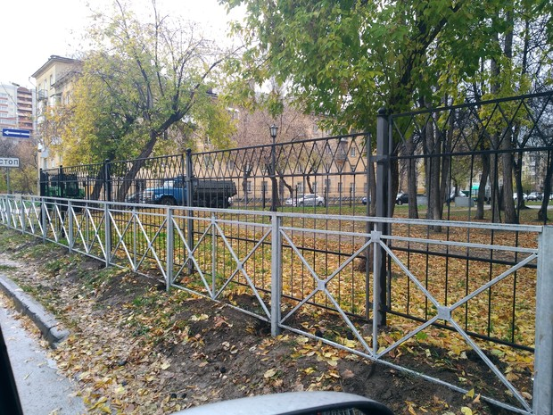 Фото №1 - В Новосибирске забор огородили забором