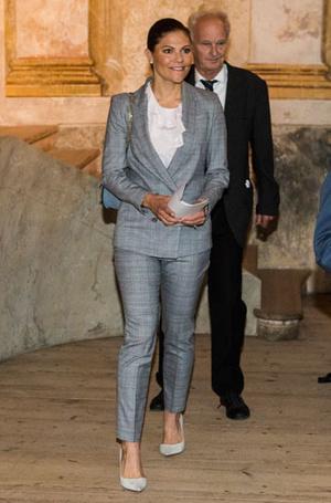 Фото №21 - Как королевские особы носят брючные костюмы