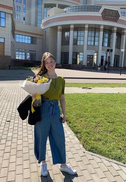 Фото №1 - Пуговка из «Папиных дочек» поступила в МГУ