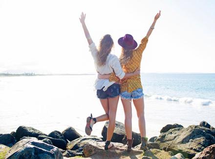 Подруги на берегу моря