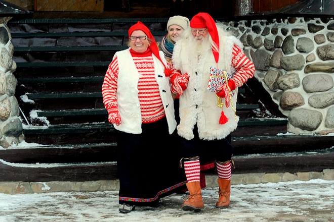 Фото №3 - Деды Морозы: гавайский ходит в плавках, а в Италии это женщина