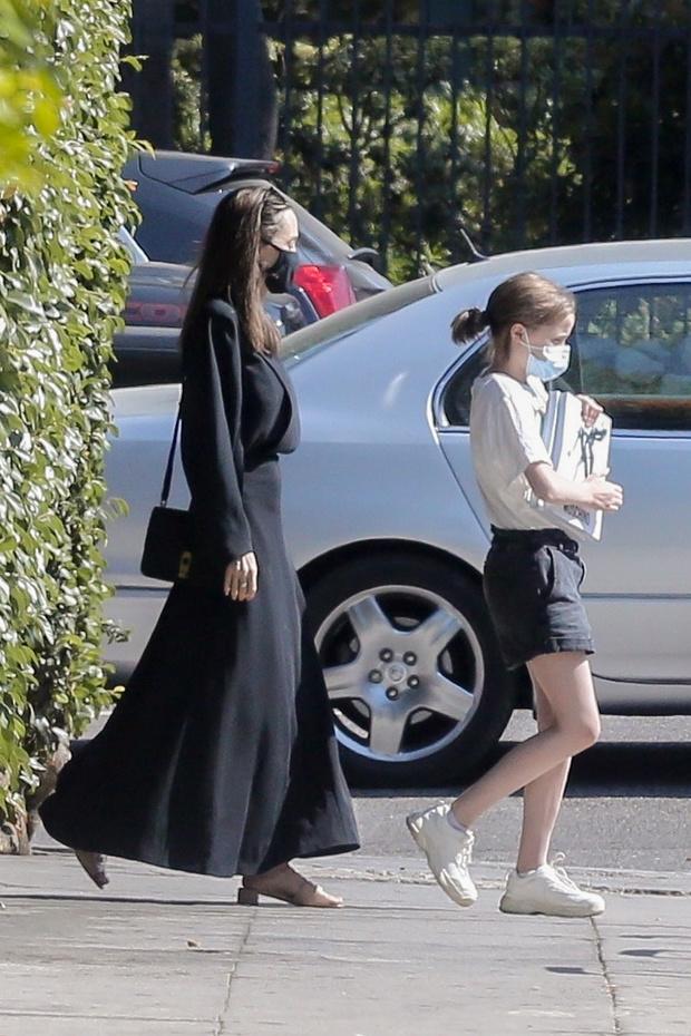 Фото №3 - Новый черный Анджелины Джоли— с длинным рукавом и по щиколотку
