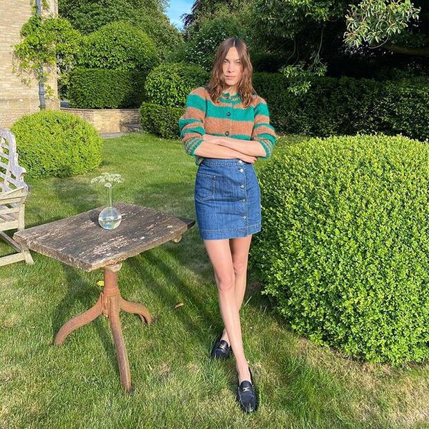 Фото №1 - Алекса Чанг доказывает, что маминой джинсовой юбке стоит дать второй шанс