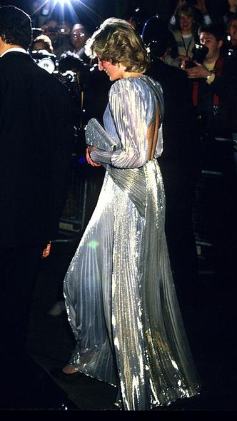 Фото №3 - Как королевские особы одеваются на кинопремьеры: самые роскошные выходы, которые вошли в историю