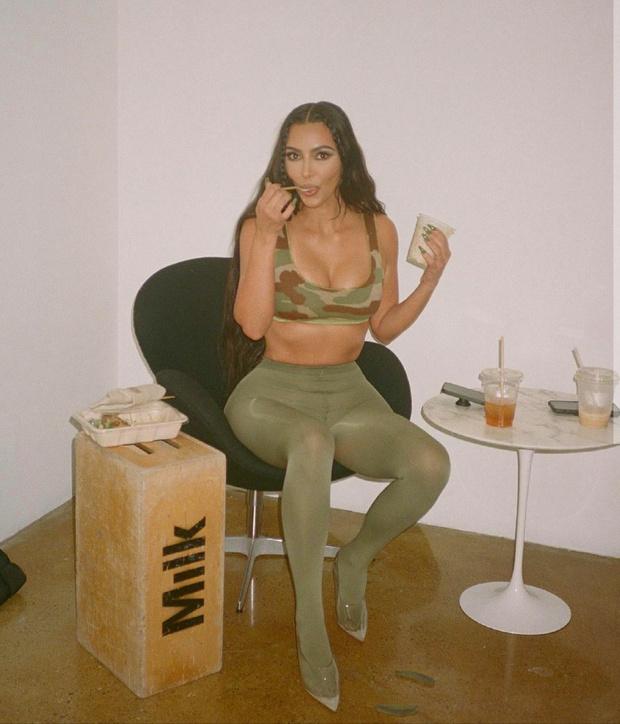 Фото №1 - Летний бьюти-призыв: Ким Кардашьян выпустила коллекцию макияжа, вдохновленную камуфляжем