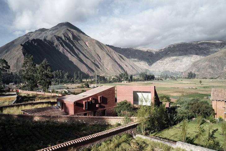 Фото №1 - Дом из красного камня в Перу