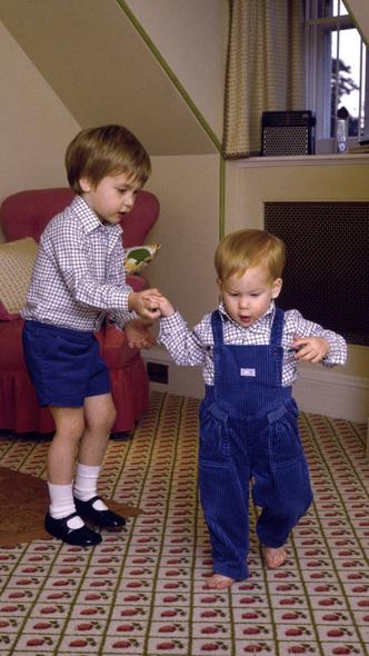 Фото №5 - 15 трогательных фото, доказывающих, что Уильям и Гарри были действительно близки