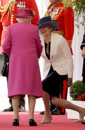 Фото №36 - Искусство реверанса: как современные принцессы и королевы приветствуют друг друга