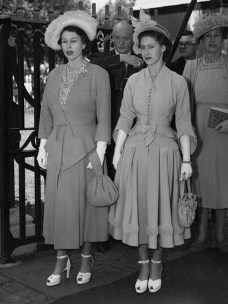 Фото №10 - Сестры и лучшие подруги: 20 самых трогательных и теплых фото Королевы и принцессы Маргарет
