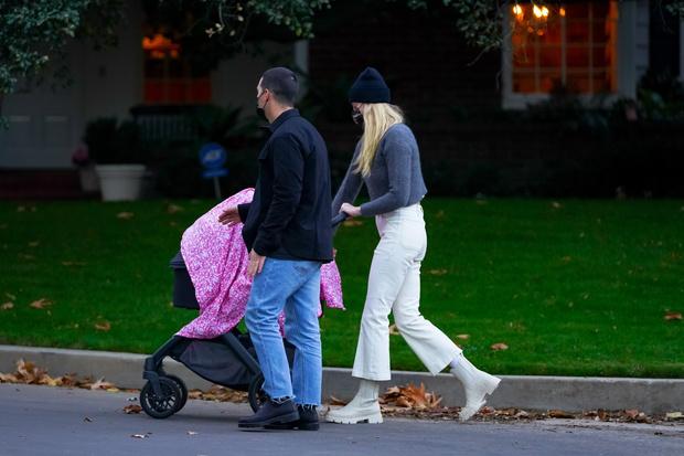 Фото №2 - С чем носить белые джинсы в холодное время года? Вдохновляемся примером Софи Тернер