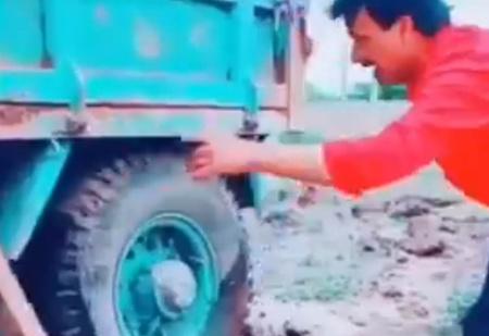 Мужик вытащил застрявший в яме грузовик с помощью инженерной смекалки (видео)