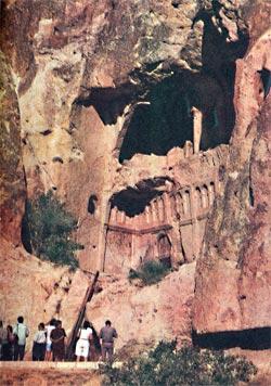 Вход в церковь Пряжки пещерного монастыря в Гёреме.