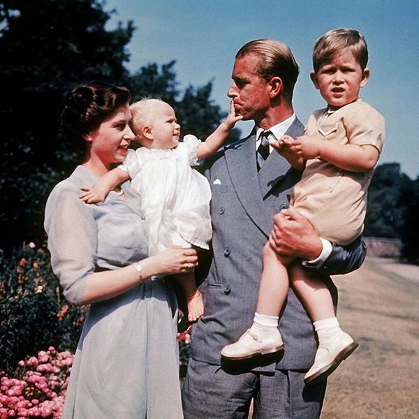 Елизавета II с мужем Филиппом и детьми, принцессой Анной и принцем Чарльзом
