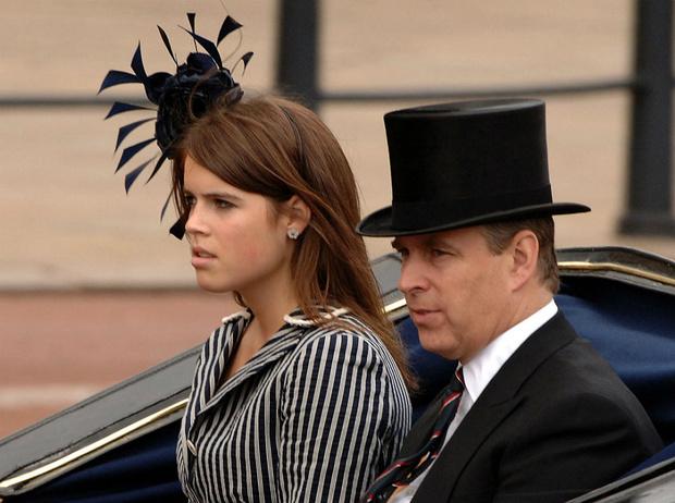 Фото №2 - «Скажи отцу, чтобы сдался ФБР»: как Евгения пострадала от скандала с принцем Эндрю