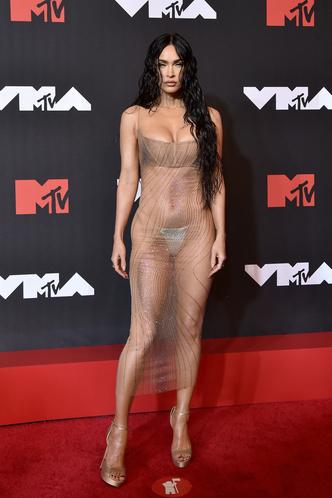 Фото №11 - В стиле сексуальной Одри Хепберн: самые провокационные «голые» платья на Met Gala