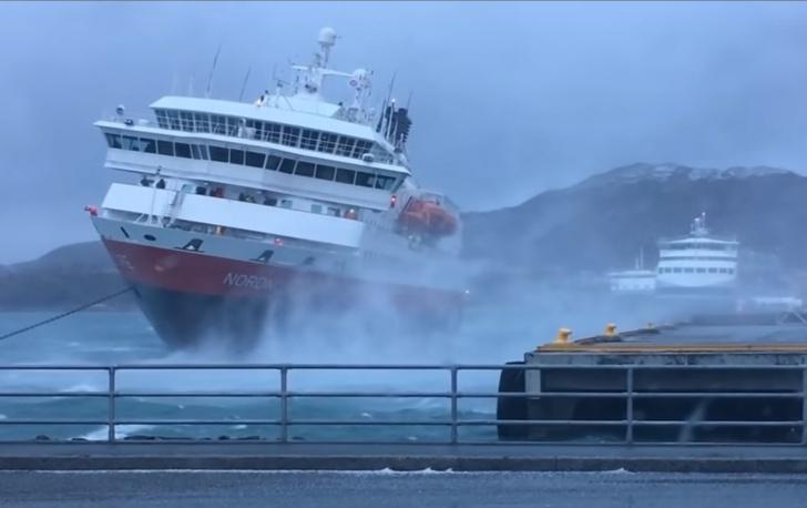 Фото №1 - Экстремальная швартовка огромного круизного лайнера в шторм (видео)