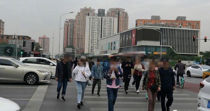 Фото №1 - В Китае начали штрафовать тех, кто переходит улицу уткнувшись в телефон