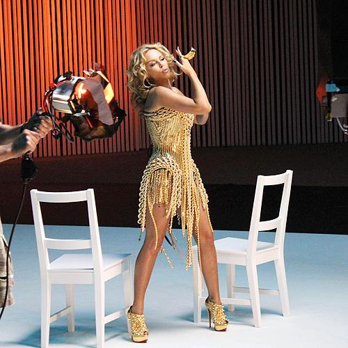 Позолоченное платье вызвало у певицы восторг.