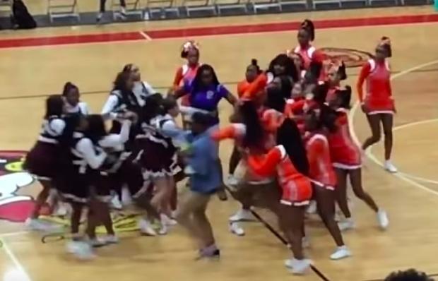 Фото №1 - В США на баскетбольном матче подрались две группы чирлидерш (видео)