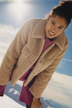 Фото №10 - 4 бренда, у которых можно найти плюшевые куртки, как на Лили Коллинз