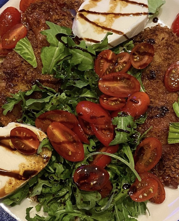 Фото №1 - Клубника, салат «Капрезе» и булочки с корицей: беременная Джиджи Хадид рассказала, из чего состоит ее диета