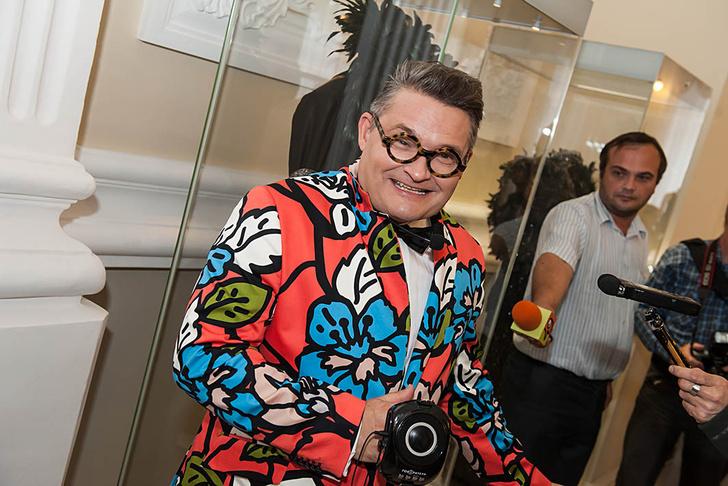 Фото №1 - Что висит в шкафу у звезд шоу-бизнеса: 15 необычных нарядов