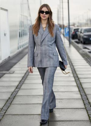 Фото №7 - Как одеваться в серое с головы до ног (и не выглядеть скучно)