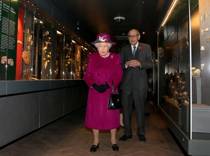 Фото №4 - Шутки Ее Величества: Елизавета II знает толк в черном юморе