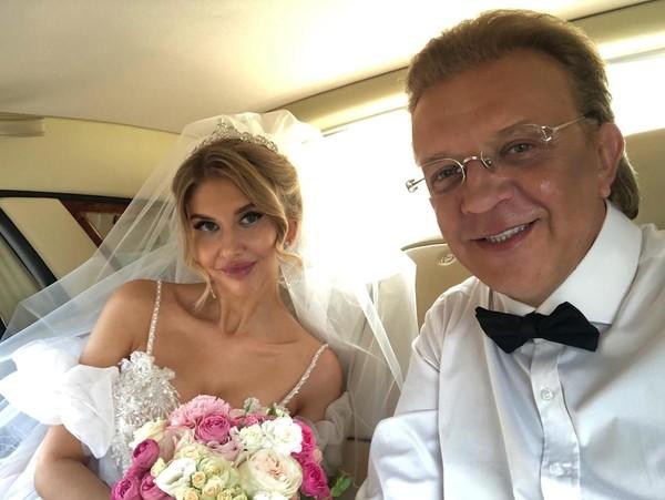 Фото №1 - Как в первый раз: Роман Жуков женился на молодой возлюбленной