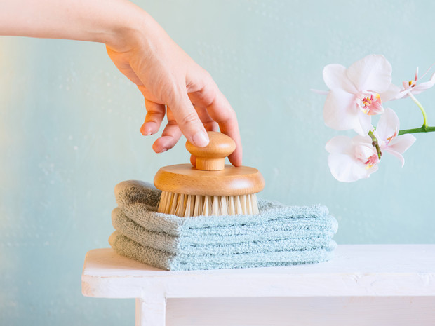 Фото №2 - Враг целлюлита: как правильно делать массаж сухой щеткой