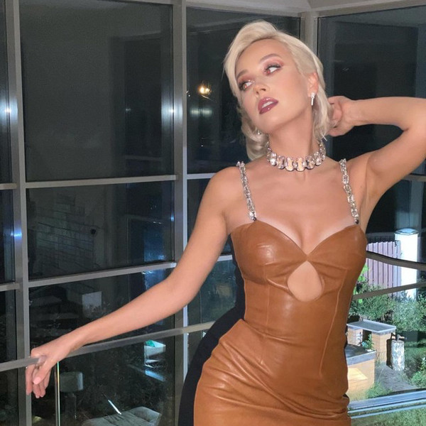 Фото №1 - Кожаное платье + высокие сапоги как у Клавы Коки— модный образ для осенних вечеринок