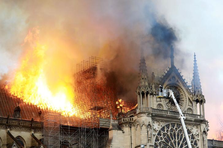Фото №1 - Трагедия в Париже. Горит Нотр-Дам