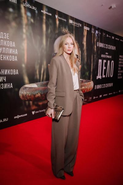 Фото №2 - Какой фильм, такие и наряды: Ходченкова появилась на премьере «Дела» в строгом костюме
