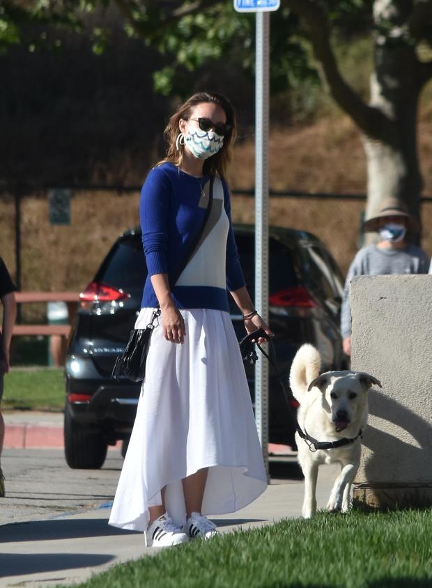 Фото №1 - Этим летом дайте шанс белоснежной юбке и носите ее как Оливия Уайлд