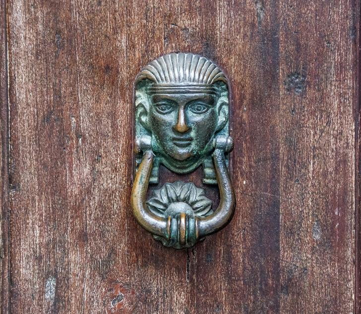 Фото №1 - Почетные стукачи: итальянские дверные молотки