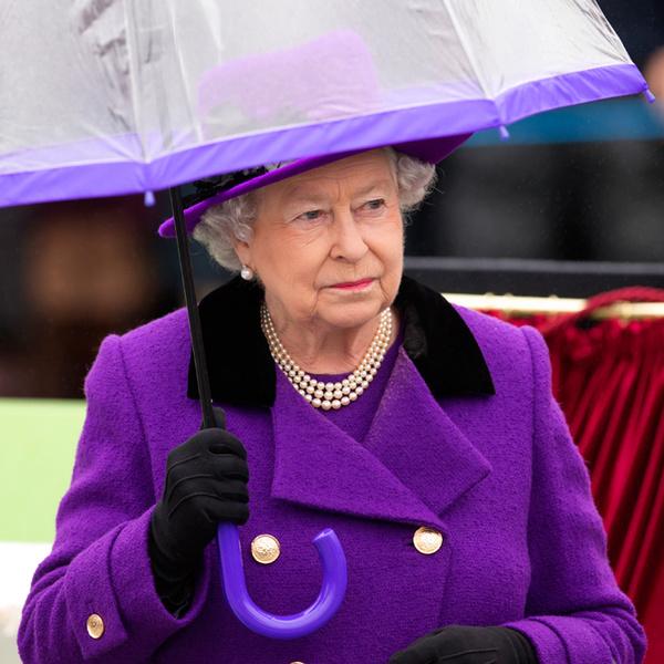 Фото №22 - Как отличить Королеву: каблук 5 см, сумка Launer, яркое пальто и никаких брюк