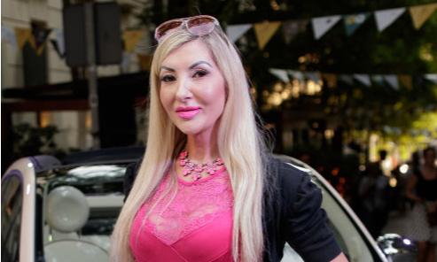 Женщина, похожая на Барби, научилась стареть наоборот