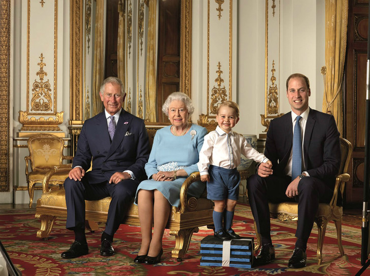 Фото №2 - От Елизаветы до Джорджа: королевская семья представила новый официальный портрет