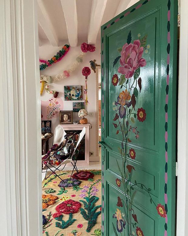 Фото №1 - Французская художница расписала свой дом цветами