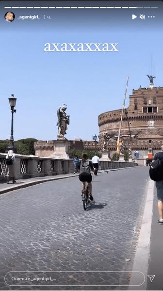 Фото №1 - «Из дорожного знака сделала пилон»: Ивлеева отожгла в Риме