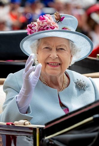 Фото №16 - Делайте ставки, господа: шляпки Королевы на Royal Ascot