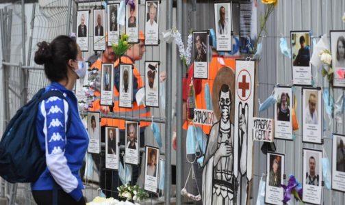 Фото №1 - 100 дней спустя. «Стена памяти» погибшим от коронавируса медикам стала символом Петербурга