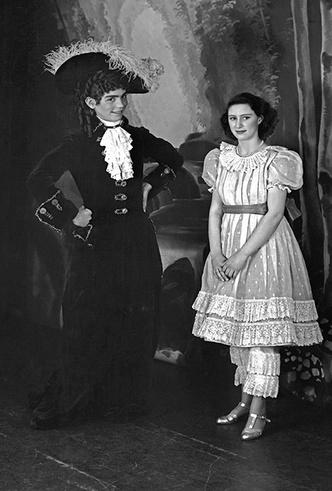 Фото №33 - Рождественский театр Виндзоров: как принцессы Елизавета и Маргарет поднимали боевой дух нации