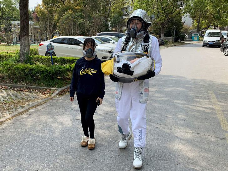 Фото №1 - Китаец сделал защитную капсулу для своего двухмесячного сына