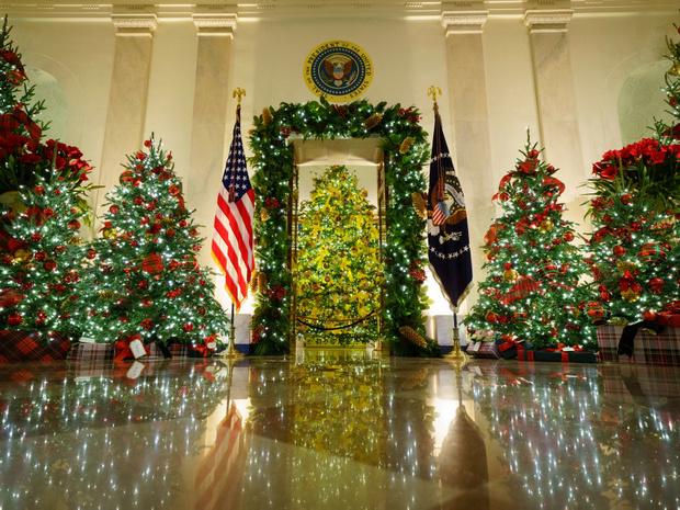 Фото №4 - Финальный аккорд: как выглядит последний рождественский портрет Мелании и Дональда Трампов
