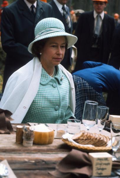 Фото №13 - Завтрак в одиночестве, 300 писем в день и ванна вместо чая: как проходит обычный день Елизаветы II