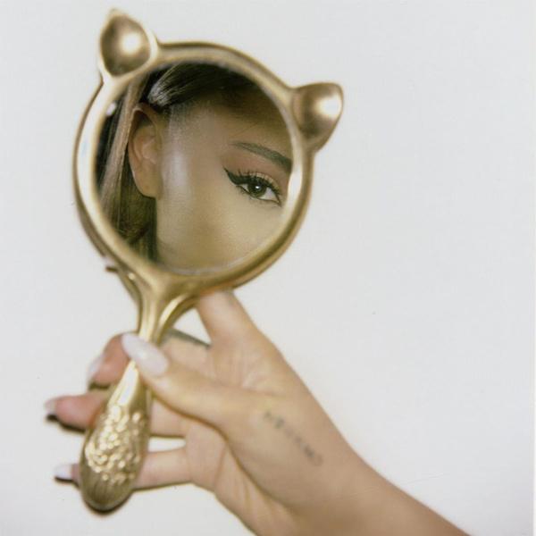 Фото №2 - Как повторить фирменный макияж Арианы Гранде со стрелками