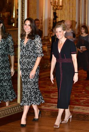 Фото №20 - Было/стало: как дизайнеры перешивают свои наряды ради Кейт Миддлтон