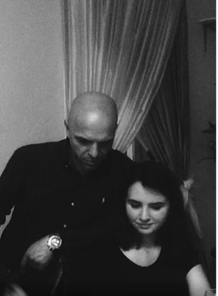 Фото №2 - «Синяки под глазами, исхудала»: чем занимается пропавшая дочь Александра Шоуа