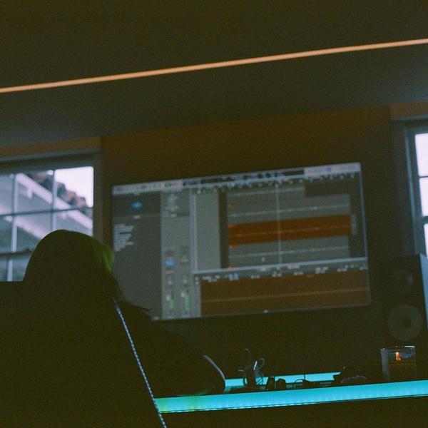 Фото №1 - «Почти готово»: новый альбом Билли Айлиш выйдет совсем скоро 🤩